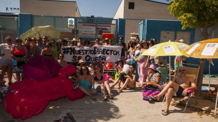 Protesta veraniega frente al CEIP Blas de Lezo para exigir la vuelta de su director