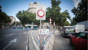 Tráfico intenso en Cibeles el primer día de la moratoria de multas en Madrid Central.