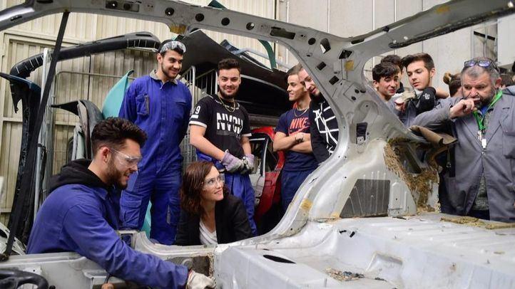 Isabel Díaz Ayuso junto a alumnos de uno de los ciclos formativos de FP Dual que se imparten en la Comunidad de Madrid