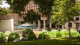 Imágenes del campamento de los 'sintecho' frente al Ministerio de Sanidad.
