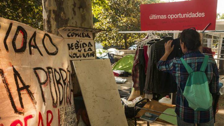 María, de Córdoba, organiza parte del Campamento de gente sintecho que permanece en el Paseo del Prado.