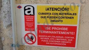 Cartel con el que Metro alerta de que hay amianto. (Foto de archivo)