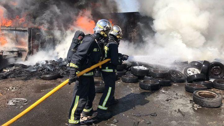 Los bomberos, actuando para apagar las llamas.