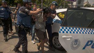 Momento de la detención de Micki Carrera, portavoz de los 'sintecho' del Paseo del Prado.