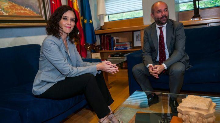 Juan Trinidad, presidente de la Asamblea, junto a la candidata del PP, Isabel Díaz Ayuso.