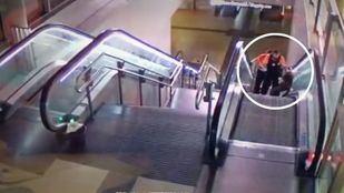 Captura del vídeo difundido por la Sexta donde se ve a dos vigilantes de Metro propinar una paliza a un hombre negro.