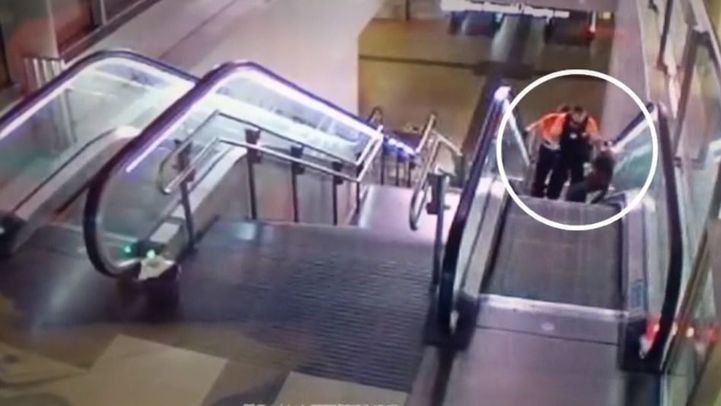 Brutal paliza de dos guardias de seguridad a un hombre