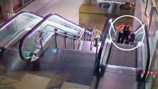Captura del vídeo difundido por la Sexta donde se ve a dos vigilantes de Metro propinar una paliza a un hombre negro..
