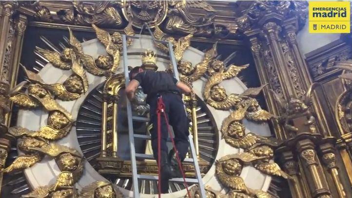Los Bomberos de Madrid ensayan la bajada del cuadro de su patrona