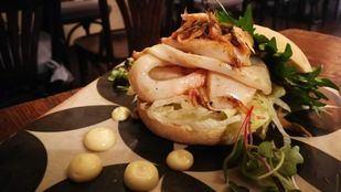 Bocata de calamares de potera, con hoja de sisho y mahonesa cítrica