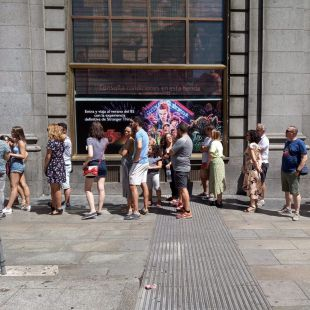 La fiebre 'Stranger Things': largas colas en el Edificio Telefónica