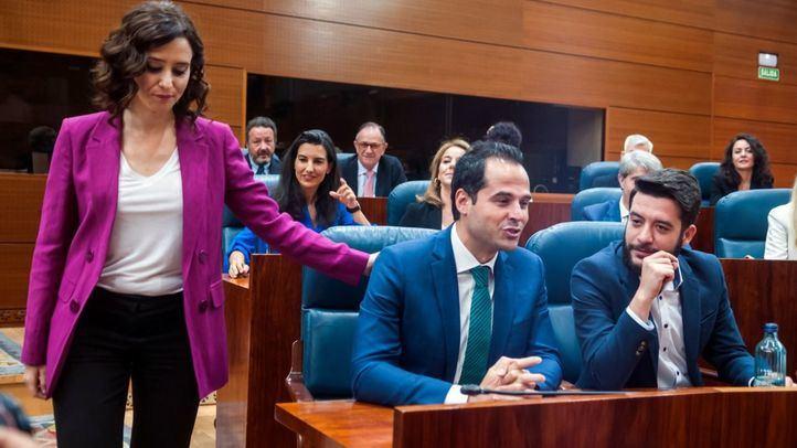 Isabel Díaz Ayuso saluda a Ignacio Aguado bajo la mirada de Rocío Monasterio en el Pleno de investidura sin candidato.