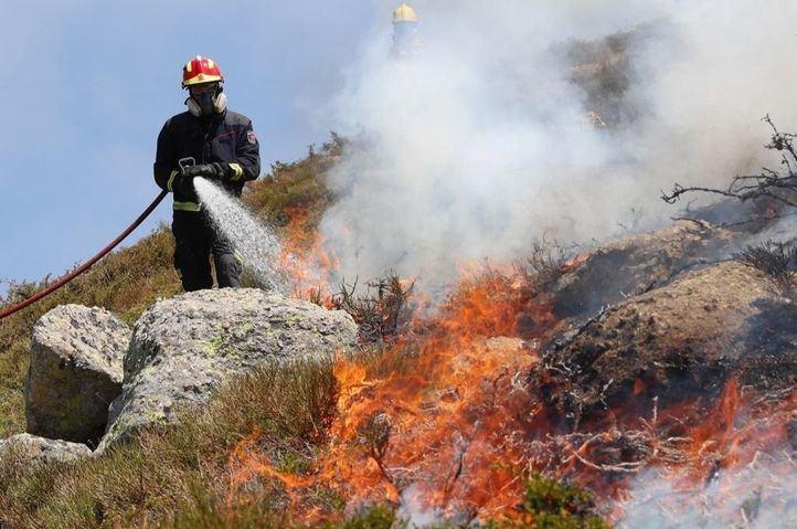Los bomberos trabajan en la extinción de dos incendios en la Comunidad de Madrid.