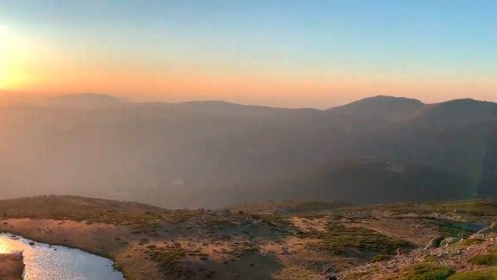 Un total de 25 dotaciones terrestres han trabajado toda la noche en los incendios de Miraflores y La Granja.