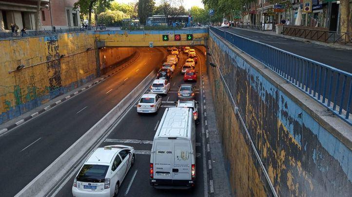 El cierre del túnel de Francisco Silvela a la altura de Avenida de América en ambos sentidos ha provocado  un intenso tráfico en la zona.