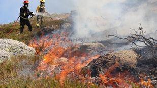 Dotaciones de bomberos han permanecido toda la noche trabajando en la zona.