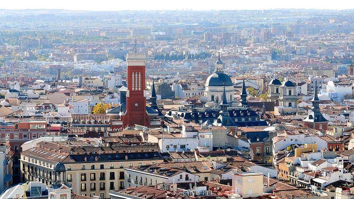 Vistas de Madrid desde Telefonica: la Real Casa de Correos en Sol con su árbol navideño y más allá las iglesias de Santa Cruz y San Isidro, al fondo Carabanchel.