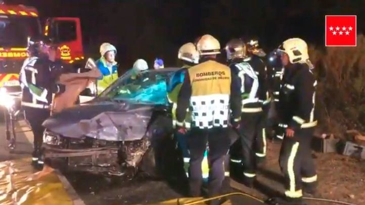 Los bomberos han tenido que intervenir para rescatar a los heridos del interior de los vehículos