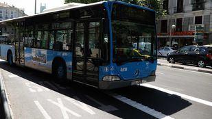 Un hombre ha sido detenido por golpear y proferir insultos racistas a una mujer negra en un autobús de la EMT.