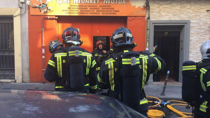 Bomberos de Madrid sofocan un incendio en un taller del distrito de Usera.