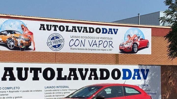 Imagen del cartel denunciado por contenido sexista de un autolavado de coches de Alcalá de Henares.