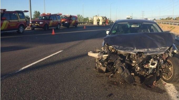 Un hombre sale despedido de su coche tras chocar contra otro y con un camión
