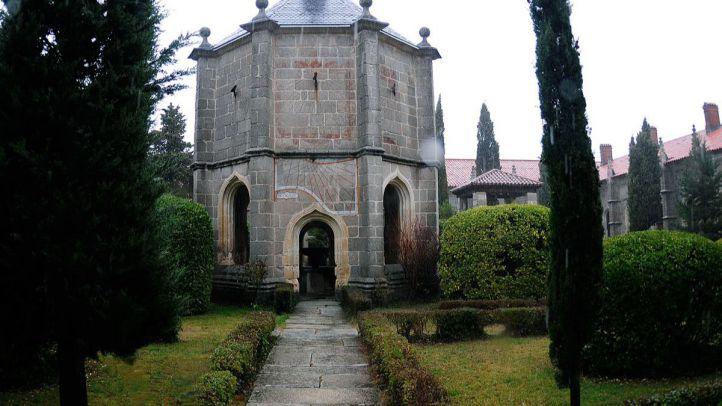 Monasterio de El Paular, edificio del centro del claustro grande entre los jardines.
