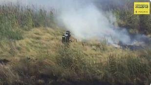 Un incendio de pastos ha amenazado con calcinar varias chabolas de la Cañada Real y naves industriales