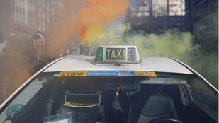 Un taxi y bengalas, una de las imágenes de la huelga que los taxistas llevaron a cabo en enero.