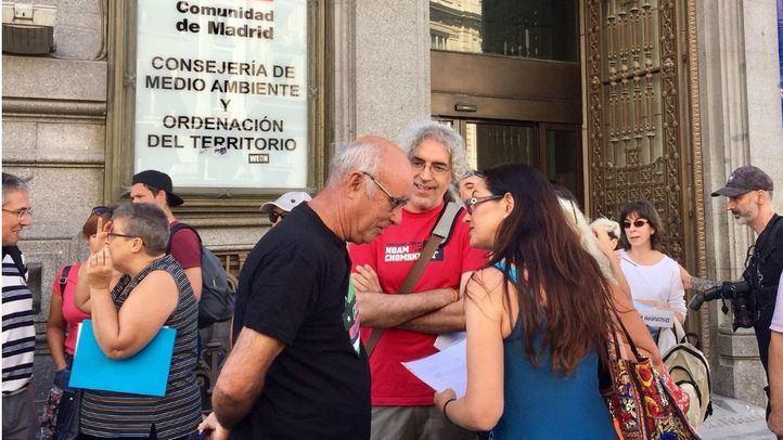 Sol Sánchez, portavoz de IU Madrid, presenta las alegaciones de más de un centenar de colectivos a la ampliación del vertedero de Pinto en la sede de la Consejería de Medio Ambiente.