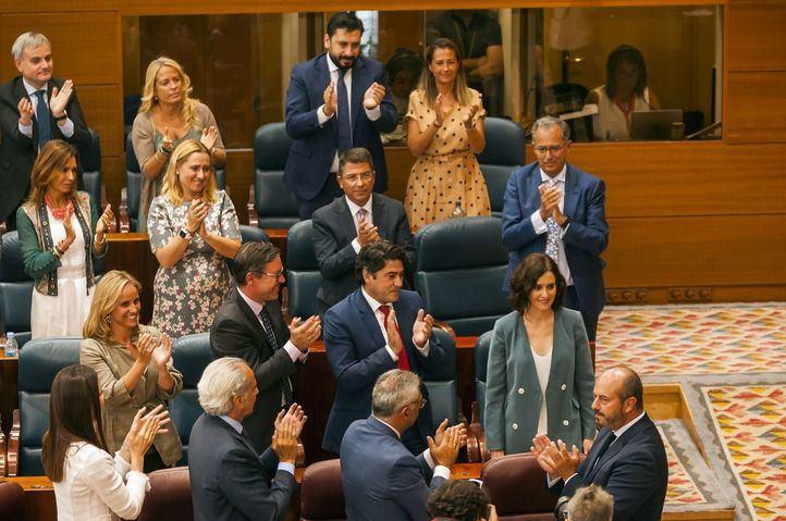 Ayuso, aplaudida por su bancada al finalizar su discurso de investidura.