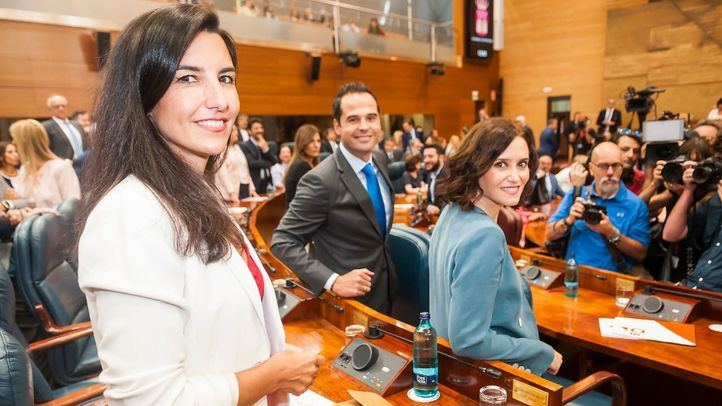 Rocío Monasterio (Vox), Ignacio Aguado (Ciudadanos) e Isabel Díaz Ayuso (PP), antes de la primera sesión del Pleno de Investidura.