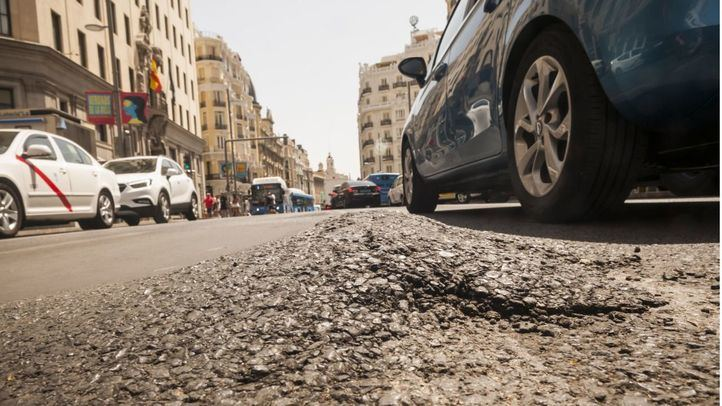 El asfalto de Gran Vía se derrite: ¿calor o mala ejecución?
