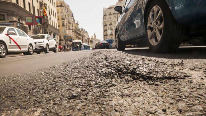 Detalle del desgaste del asfalto en Gran Vía.