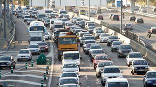 Gran acumulación de tráfico en carretera.