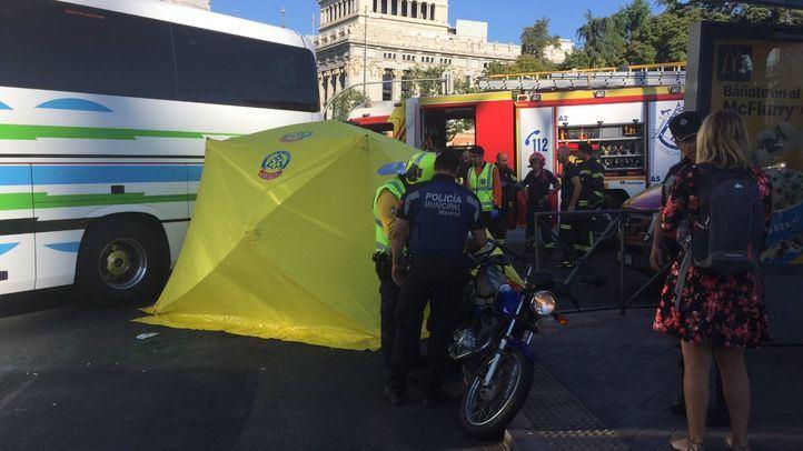 Fallece una motorista en Cibeles tras ser arrollada por un autobús