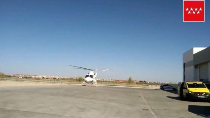 Un helicóptero del Summa 112, trasladando al trabajador herido.