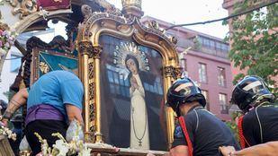 Varios momentos de la gran procesión que cerró las fiestas de La Paloma 2019