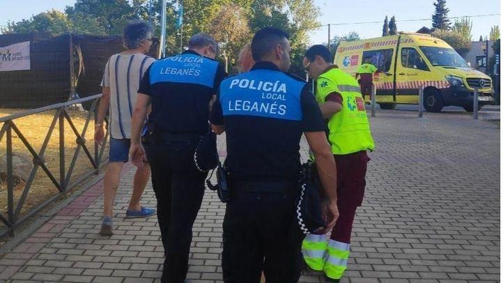 Los servicios sanitarios y la policía local atienden a la militante agredida