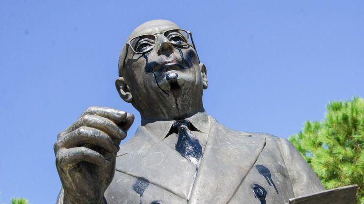 Estatua de Enrique Tierno Galván en el parque del mismo nombre.