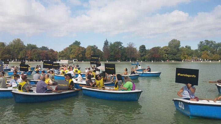 Protesta de Amnistía Internacional este martes, desde el estanque del Parque del Retiro.