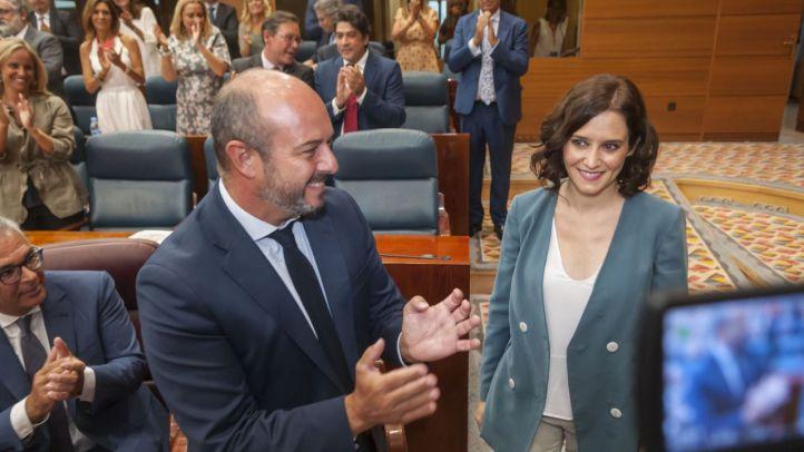 Pedro Rollán e Isabel Díaz Ayuso, durante el pleno de investidura de la presidenta de la Comunidad de Madrid.