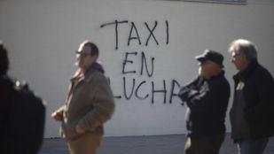 Pintada reivindicativa de la lucha del sector del taxi para exigir la regulación de las VTC