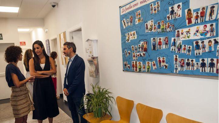 La vicealcaldesa Begoña Villacis visita el Centro de apoyo a la familias de la Calle Hermanos Alvarez  Quintero, 7.