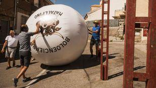 Presentación de la nueva bola de los tradicionales boloencierros de Mataelpino.