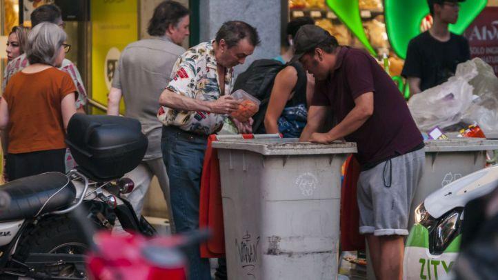 La solidaridad se va de vacaciones: los más desfavorecidos, obligados a comer de la basura