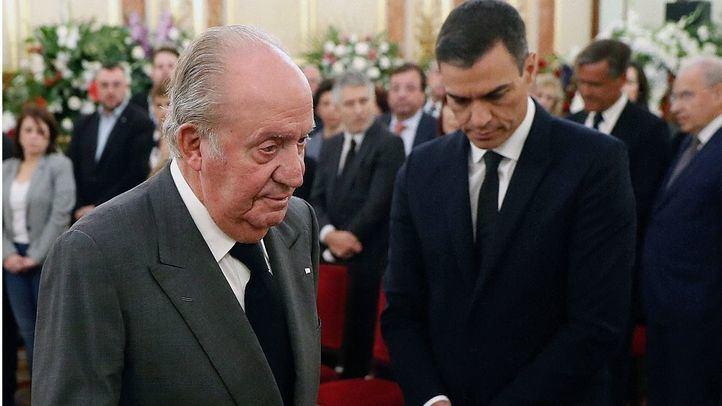 El Rey Juan Carlos en la capilla ardiente de Alfredo Pérez Rubalcaba.