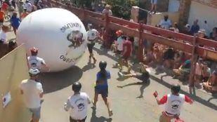 Choque del alcalde de Mataelpino contra la bola en los boloencierros