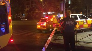 El motorista se ha deslizado por el asfalto y ha quedado atrapado bajo un vehículo que se encontraba aparcado.