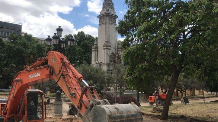El hallazgo de restos arqueológicos paraliza la reforma de la Plaza de España